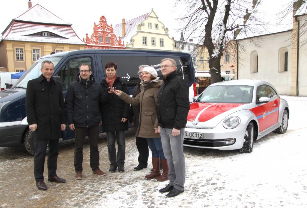Das neue Sozialmobil für den Mensch Luckau e.V. wird übergeben – v.l.n.r.: Gerald Lehmann (Bürgermeister Luckau), Ragnar Schulz und Diana Lattke (UKA Cottbus), Hans Lamich, Katina Schröter und Walter Exner (Mensch Luckau e.V.)